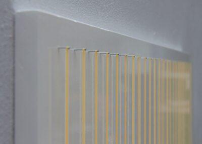 plade med 24 gummibånd på stifter, detalje