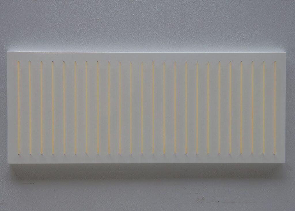 plade med 24 gummibånd på stifter